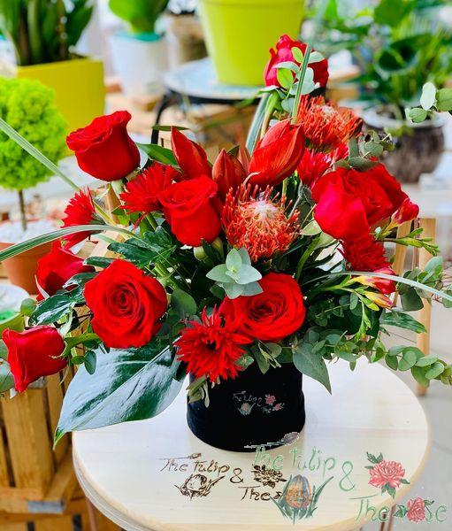 Cutie trandafiri si mix de flori (nuante de rosu)